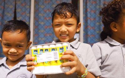 Kuldipsingh doneert Bison stics aan scholen!